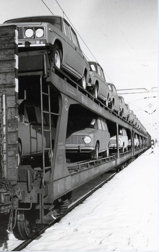 Venäläinen kaksikerroksinen autojenkuljetusvaunu.