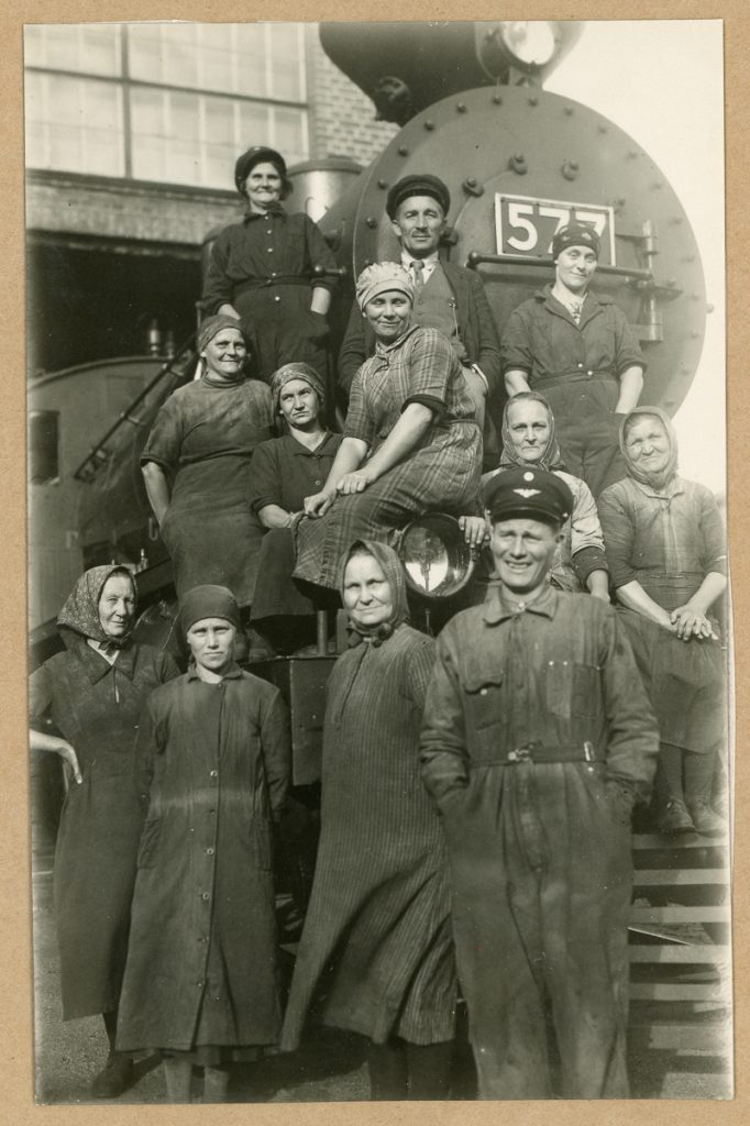 Työntekijöitä ryhmäkuvassa veturin numero 577 edessä. Useimmat työntekijöistä ovat naisia.