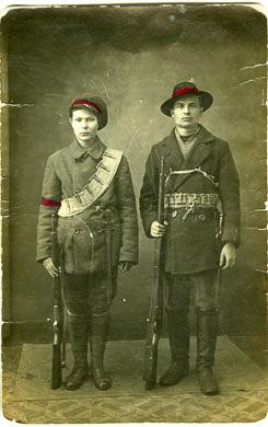 Kaksi kaartilaista aseiden kanssa yhteiskuvassa.