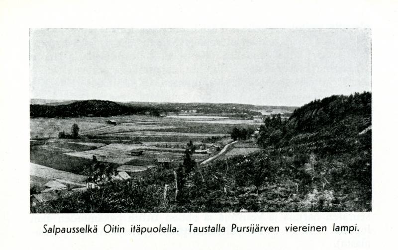 Harjun päältä otettu maisemakuva, jossa metsää, peltoa, kaukainen lampi ja taloja.