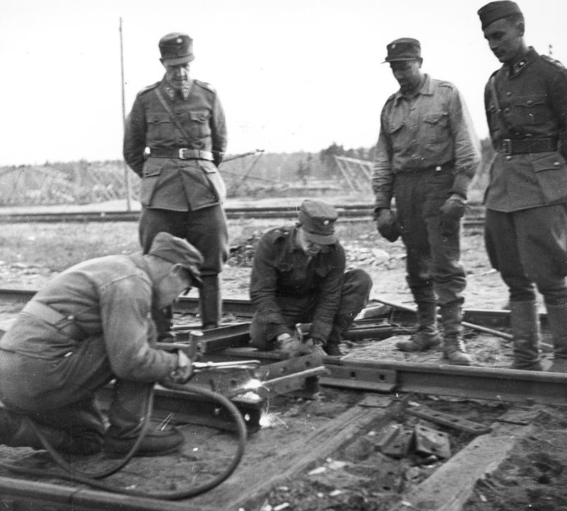Sotilaat korjaavat rataa.