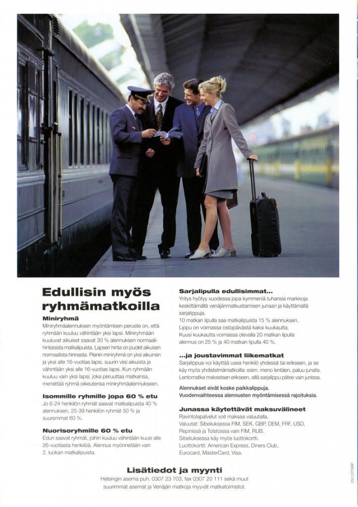 Esitteen kuvassa konduktööri tarkastaa kolmen matkustajan lippuja asemalaiturilla. Vasemmalla on juna, ja oikealla taustalla näkyy toinen juna. Kuvan alla tekstissä kerrotaan ryhmäalennuksista, sarjalipuista, liikematkoista ja maksuvälineistä.