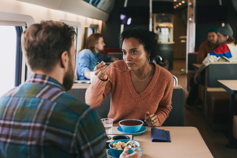 Allegron ravintolavaunun asiakkaita syömässä.