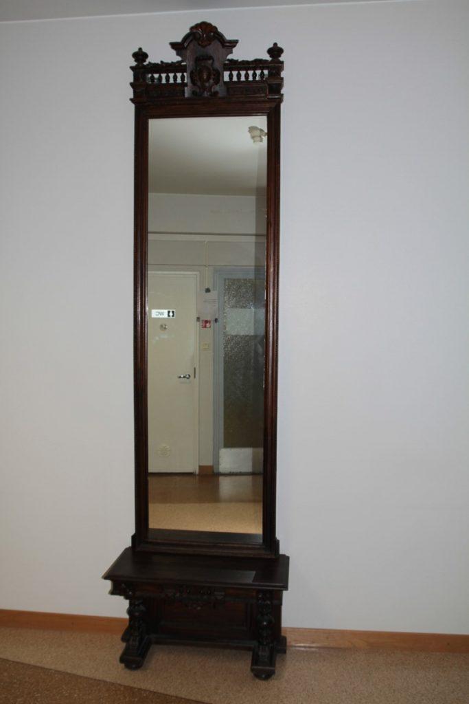 Vanha ja koristeellinen puukehyksinen peili.