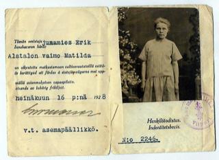 Vapaamatkalippu, jossa vasemmalla puolella on matkustajan tiedot ja lipun myöntämispäivä. Oikealla puolella on naisen kuva ja sen alapuolella on teksti henkilötodistus.