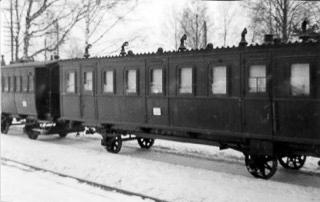 Keisarin vaunu seisoo raiteella. Vaunussa on koristeellinen kattolista ja vaunu on tyyliltään ylellinen.