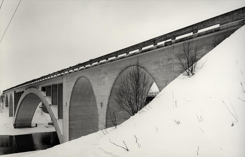 Korian rautatiesilta talvella.