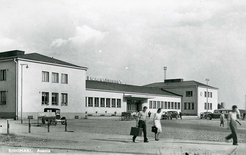Riihimäen vaalea asemarakennus kaupungin suunnasta kuvattuna.