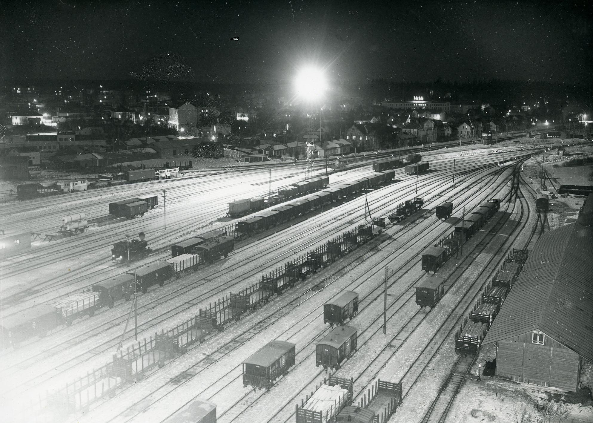 Riihimäen ratapiha, jossa paljon tavaravaunuja, taustalla kaupunkia.
